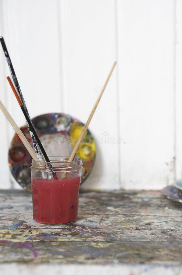 Glas met Penselen in de Studio van de Kunstenaar royalty-vrije stock fotografie