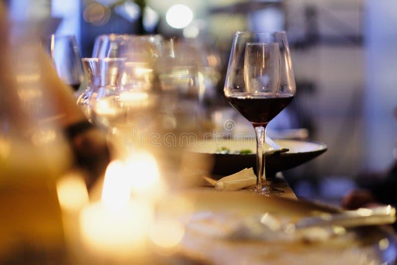 Glas met rode wijn van dun glas royalty-vrije stock foto's