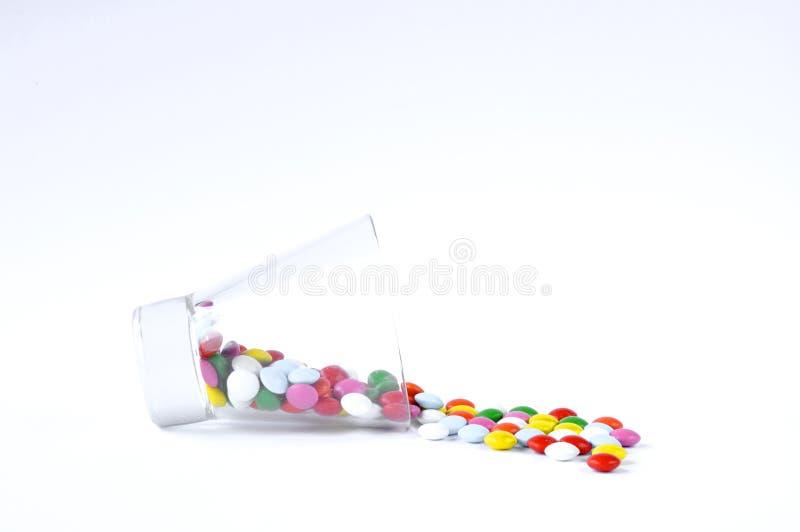 Glas met snoepjes op een witte achtergrond royalty-vrije stock afbeelding