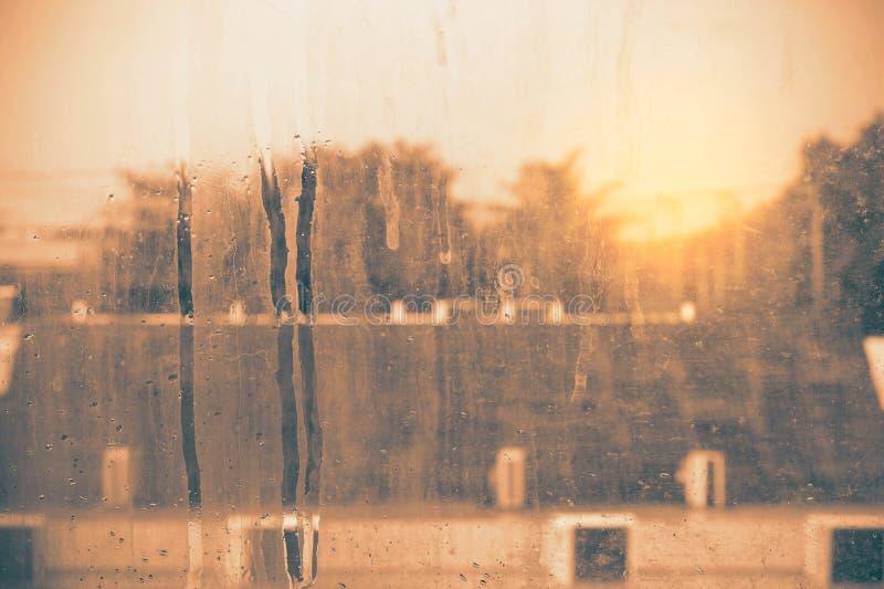 Glas met vlekken van vuil royalty-vrije stock afbeeldingen