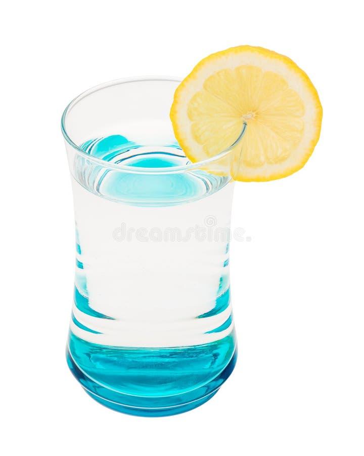 Glas met water en citroenplak stock afbeelding