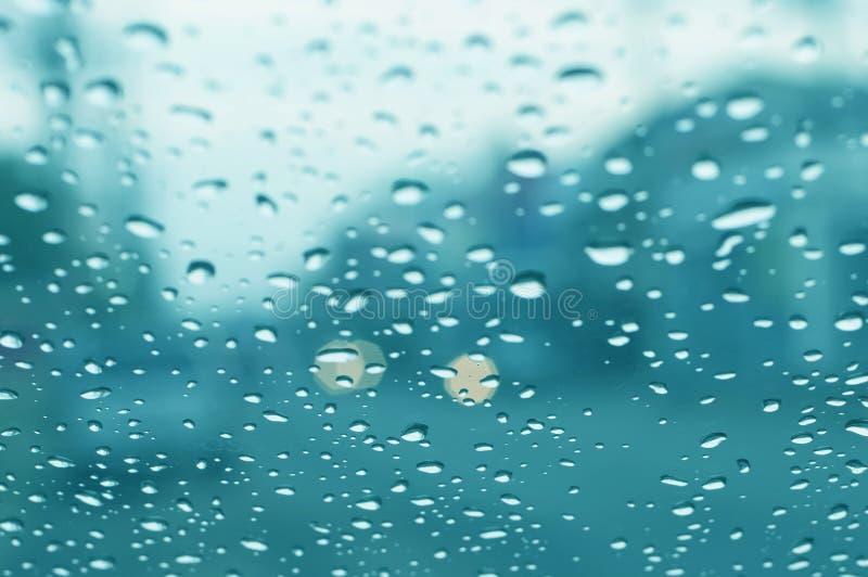 Glas met waterdalingen stock foto