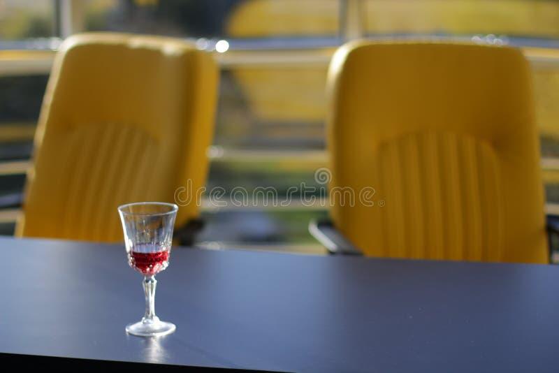 Glas met wijn op de zwarte bovenkant in bureau stock foto's