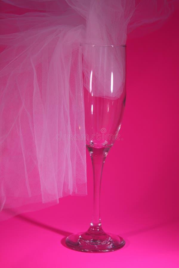 Glas met wit Tulle op roze royalty-vrije stock afbeeldingen