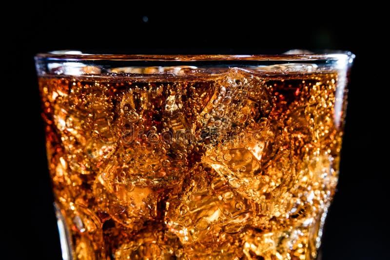 Glas met zachte koladrank, ijs en bubles royalty-vrije stock afbeeldingen