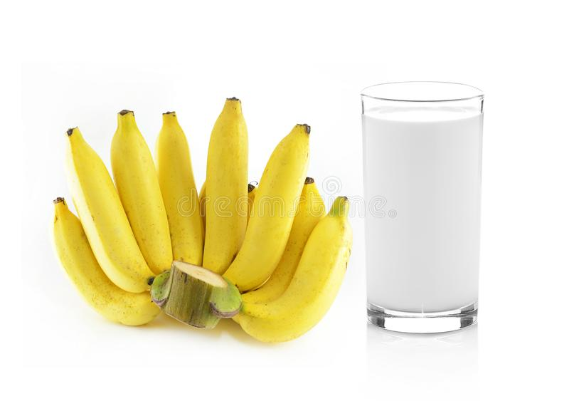 Glas Milch mit Banane über weißem Hintergrund lizenzfreies stockfoto