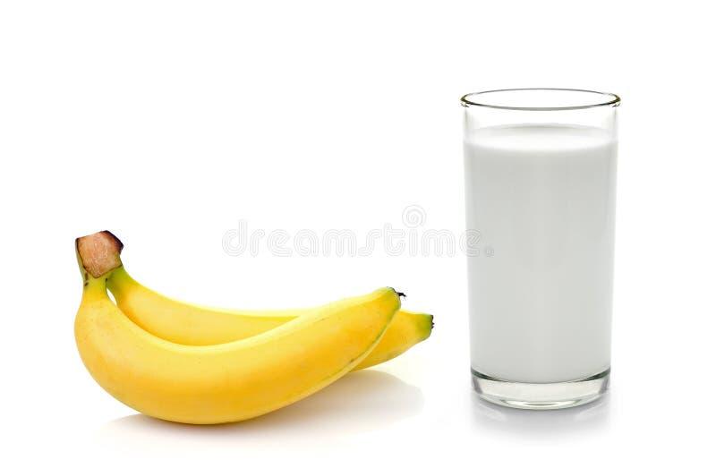 Glas Milch mit Banane über weißem Hintergrund stockbild