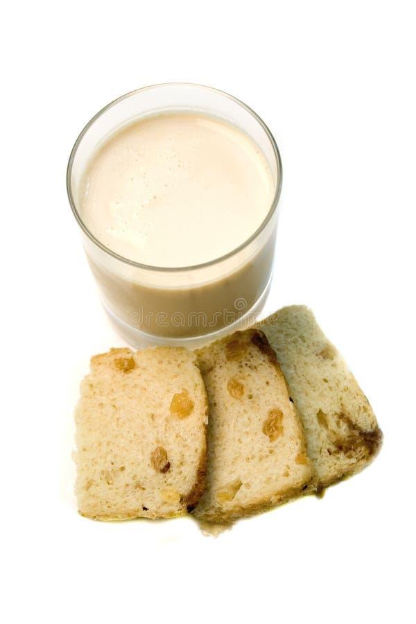 Glas Milch mit Biskuit stockfotos