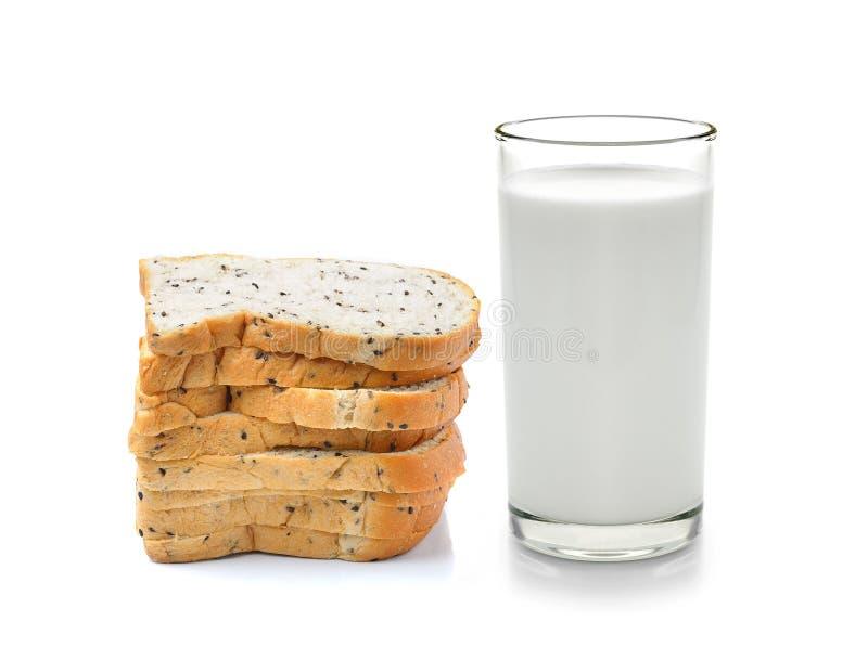 Glas Milch- und Vollweizenbrot lizenzfreies stockfoto