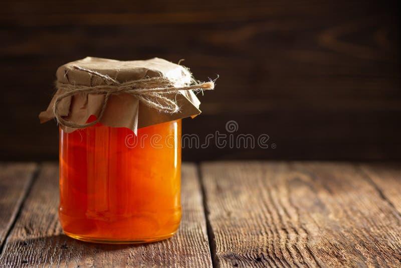 Glas mit Aprikosenmarmelade lizenzfreies stockfoto