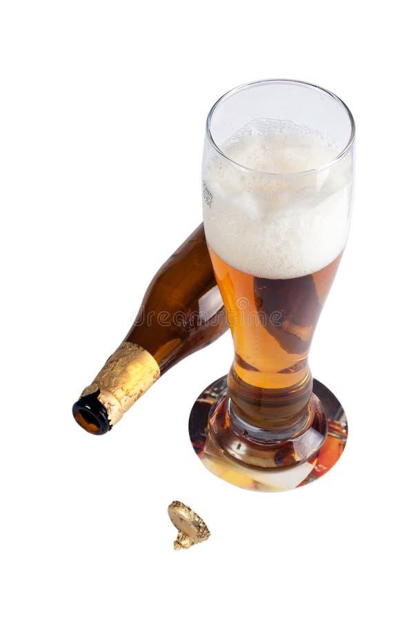 Glas mit Bier und liegenflasche lizenzfreie stockbilder