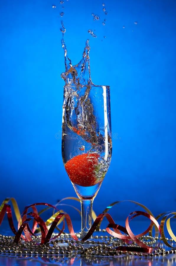 Glas mit Champagner und Erdbeeren lizenzfreie stockfotografie