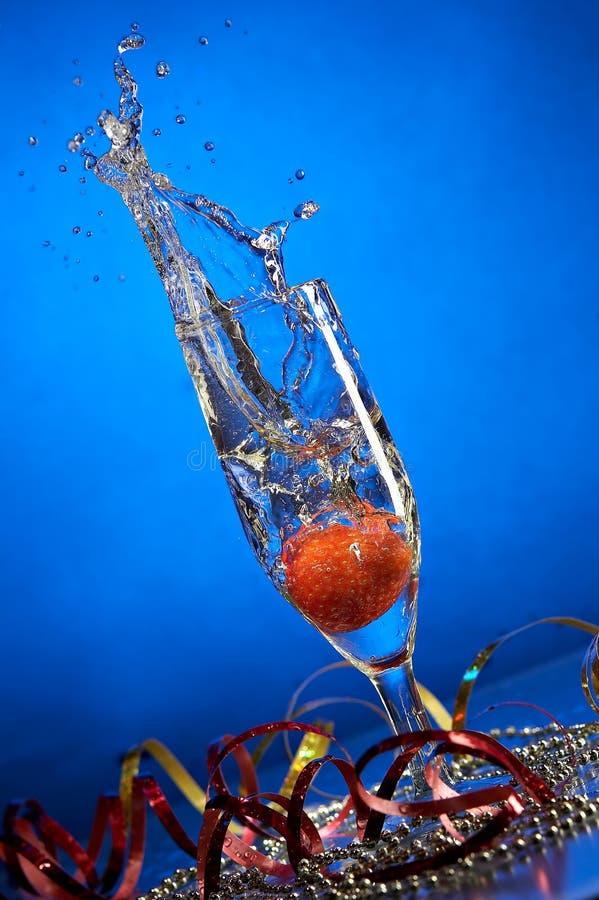 Glas mit Champagner und Erdbeeren stockbild