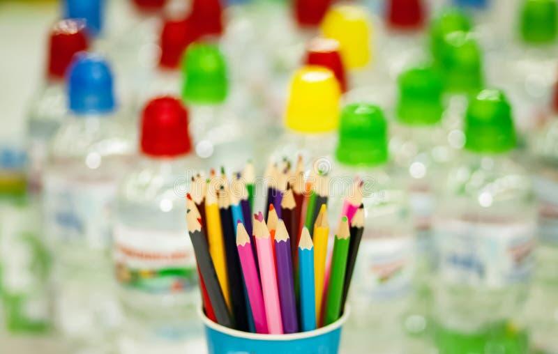 Glas mit farbigen Bleistiften lizenzfreies stockbild