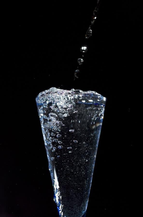 Glas mit frischem Mineralwasser auf schwarzem Hintergrund stockfotos