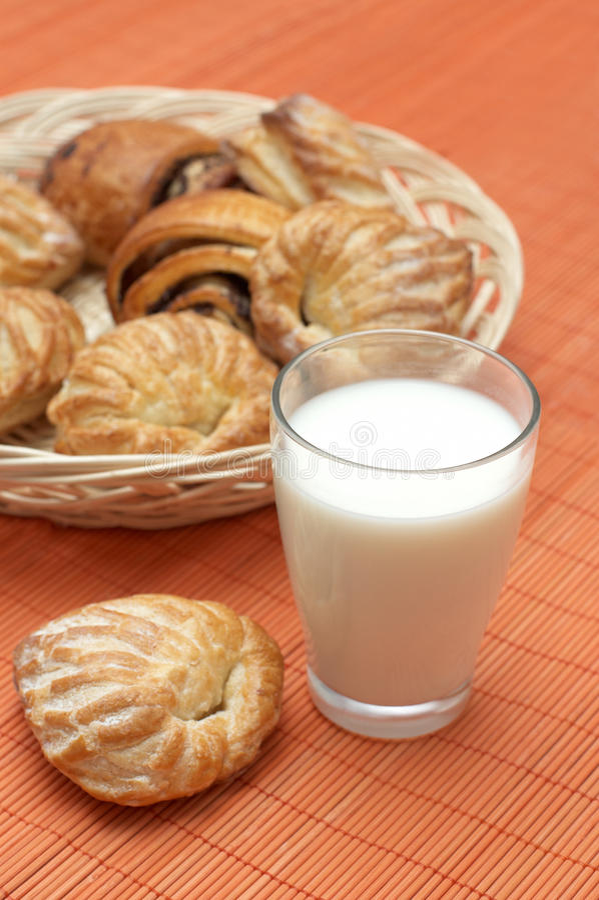 Glas mit frischer Milch und Blätterteig stockfotografie