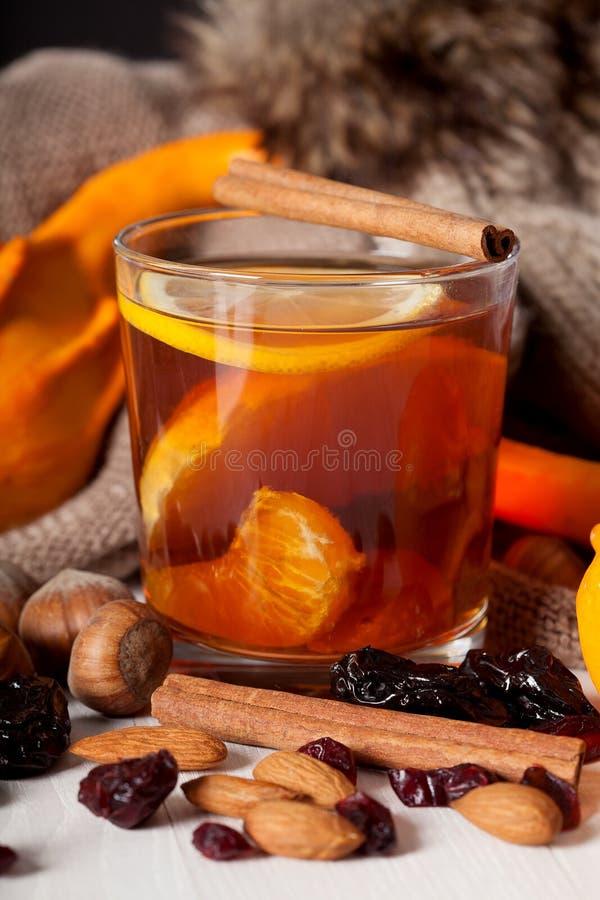 Glas mit heißem Tee stockbild