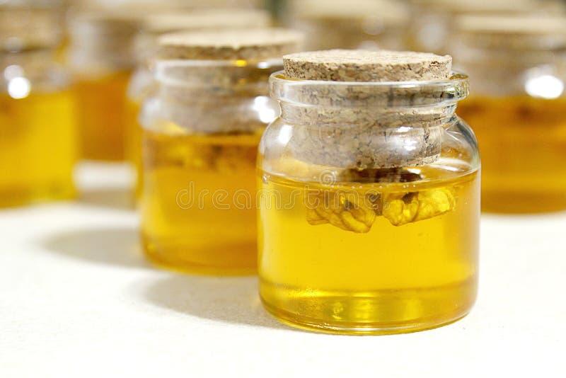 Glas mit Honig stockfotos