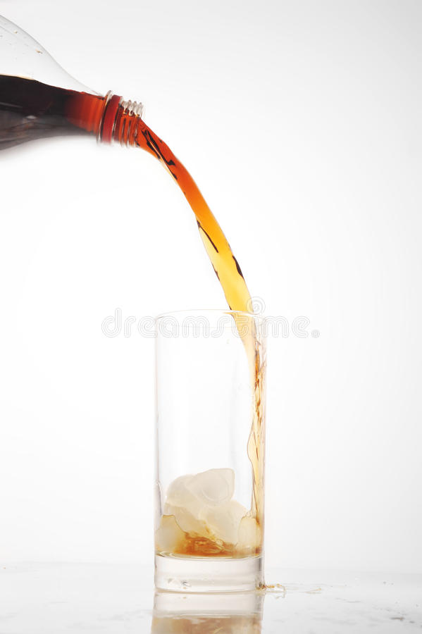 Glas mit kaltem Getränk lizenzfreie stockfotos