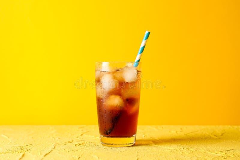 Glas mit kaltem Kolabaum und Röhrchen lizenzfreie stockbilder