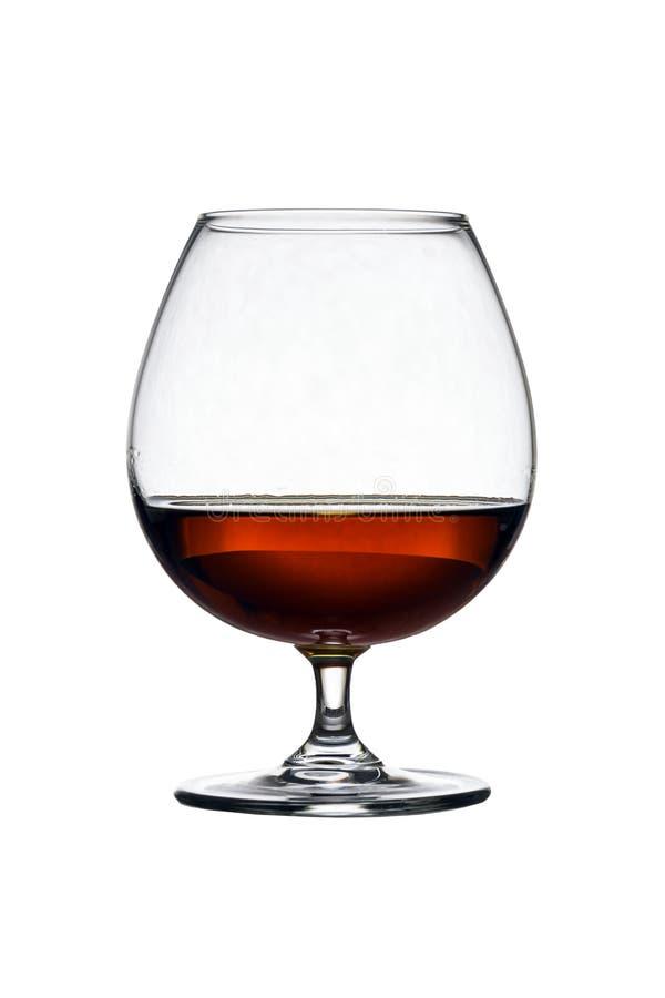Glas mit Kognak auf dem weißen Hintergrund lokalisiert Front View Schließen Sie herauf Schuss Hohe Auflösung stockbilder