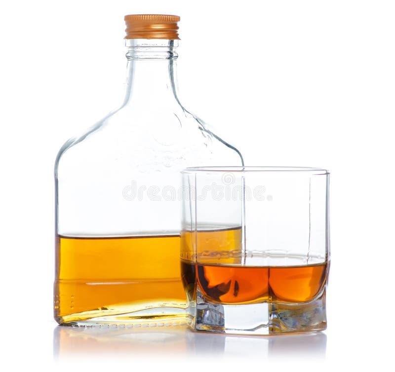 Glas mit Kognak und Flaschenkognak stockfotos