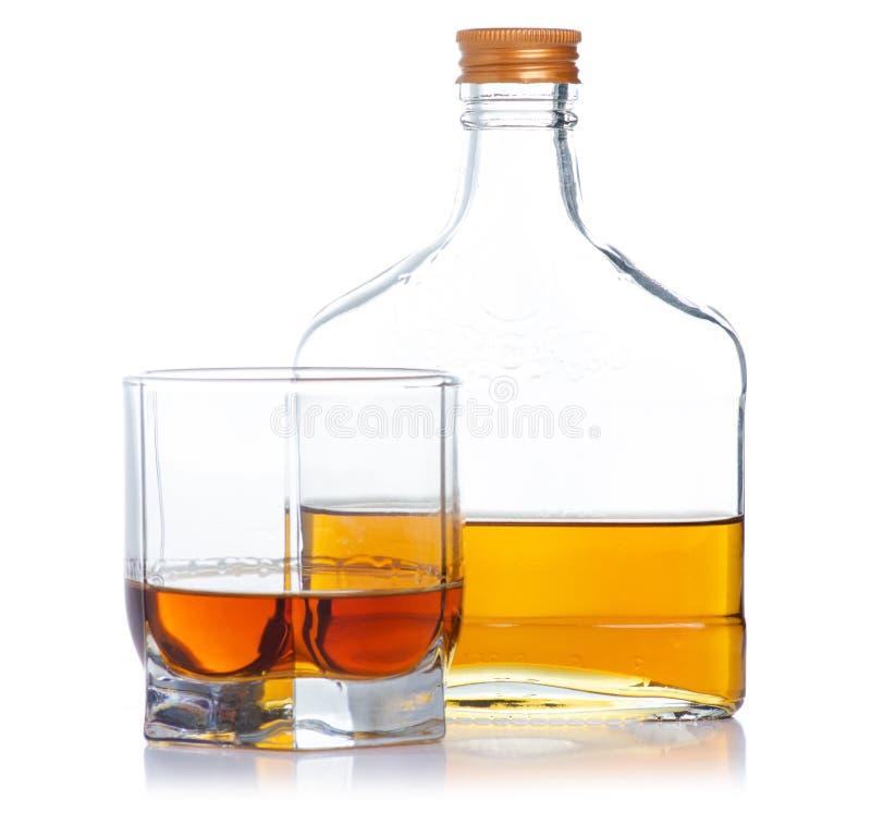 Glas mit Kognak und Flaschenkognak lizenzfreies stockbild