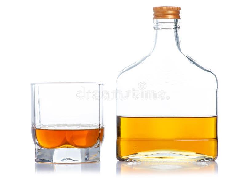 Glas mit Kognak und Flaschenkognak stockfotografie