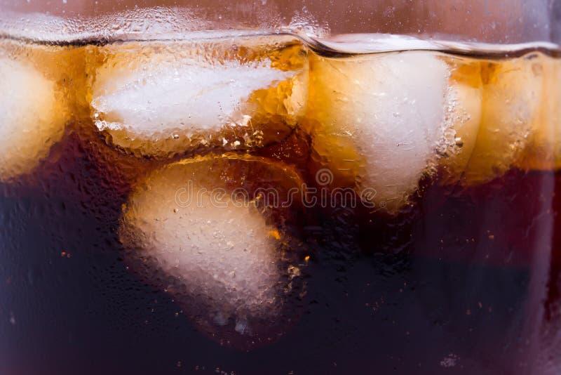 Glas mit Koka und Eis auf a lizenzfreies stockfoto
