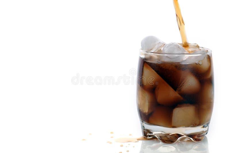 Glas mit Kolabaum und Eis stockfoto