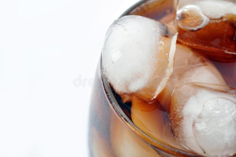 Glas mit Kolabaum und Eis stockfotos