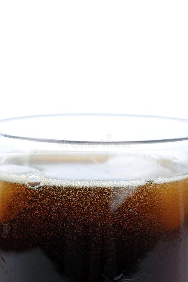 Glas mit Kolabaum und Eis lizenzfreie stockbilder