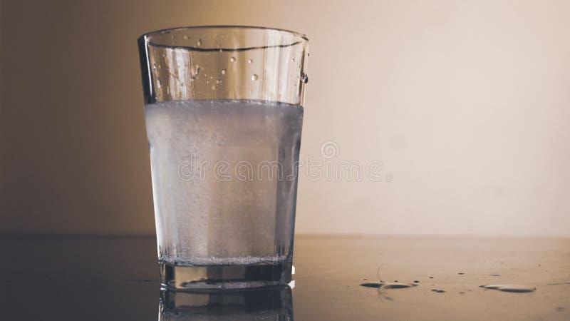 Glas mit schäumender Flüssigkeit, medizinischem Abhilfs-, Drogen- oder Vitaminkomplex stockbilder