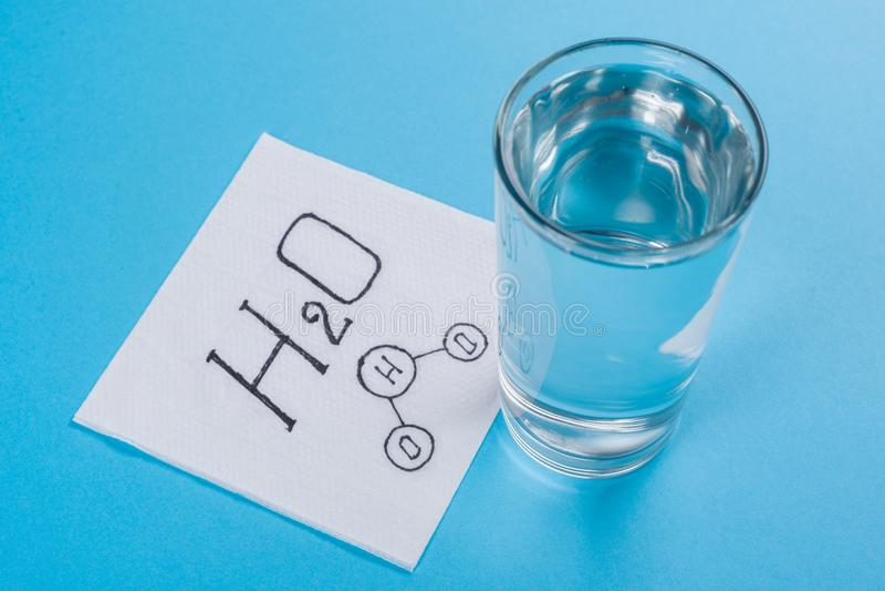 Download Glas Mit Wasser, Serviette Mit Wasserformel Stockbild - Bild von frisch, wissenschaft: 106802831