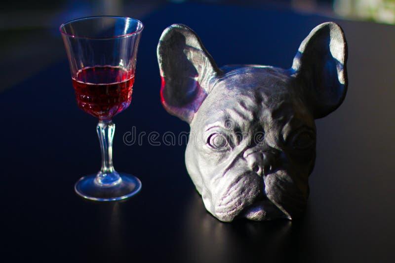 Glas mit Wein auf die schwarze Oberseite im Büro lizenzfreies stockbild