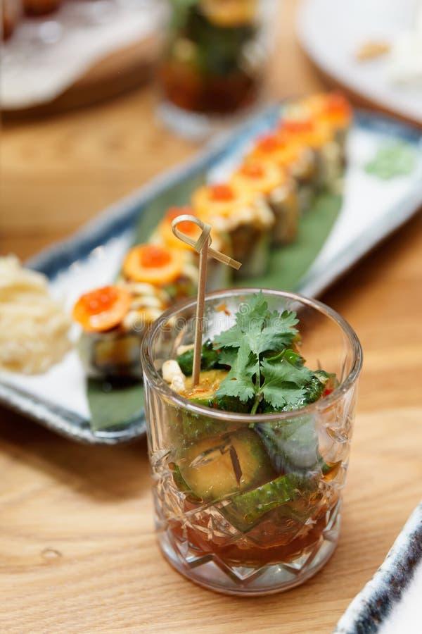 Glas mit zerbrochenen Gurken, chinesisches Essen lizenzfreie stockfotos