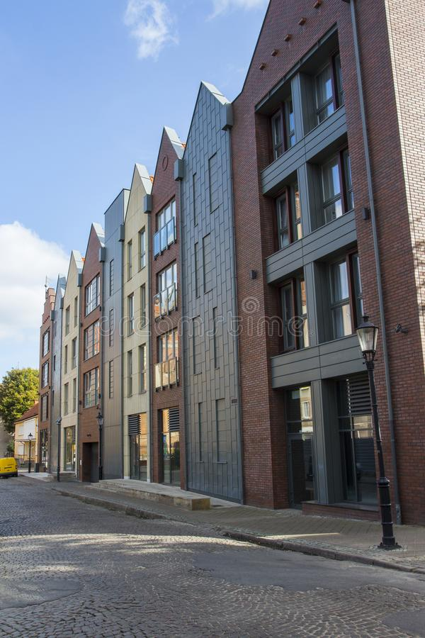 Glas moderne huizen in de stijl van historische gebouwen in Gdansk polen stock foto
