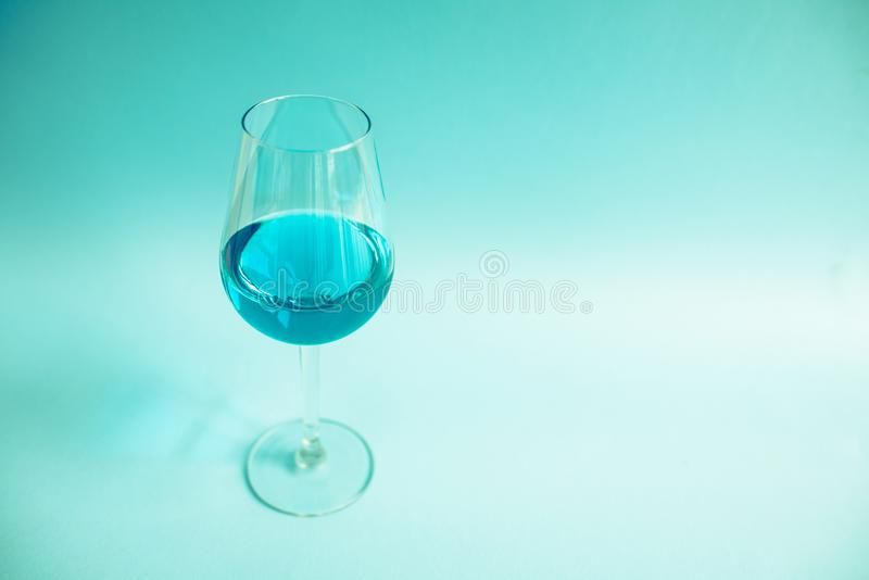 Glas natuurlijke blauwe wijn royalty-vrije stock foto