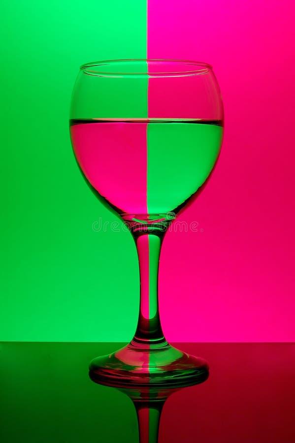 Glas op neonachtergrond royalty-vrije stock foto