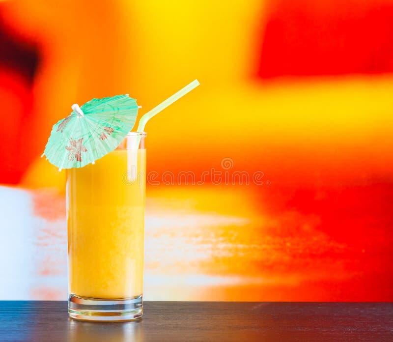 Glas Orangensaft auf hölzerner Tabelle stockfoto