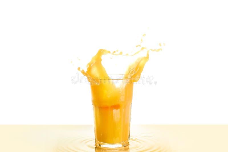 Glas Orangensaft mit Spritzen auf weißem Hintergrund lizenzfreies stockbild