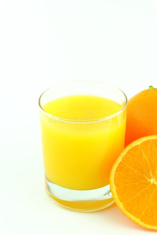 Glas Orangensaft und frische orange Früchte lokalisiert auf einem weißen Hintergrund mit Kopienraum lizenzfreies stockfoto