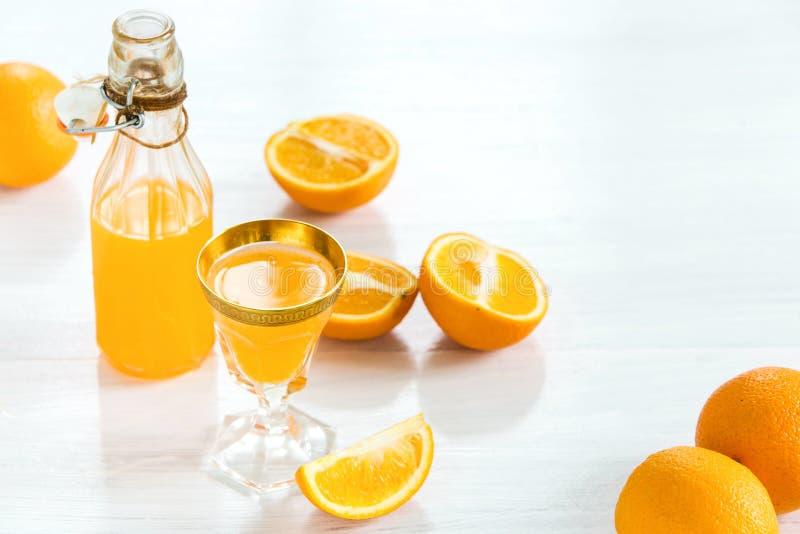 Glas oranje likeur Selectieve nadruk stock afbeelding