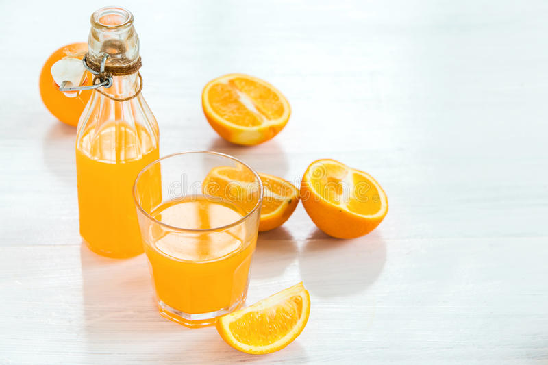 Glas oranje likeur Selectieve nadruk royalty-vrije stock afbeeldingen