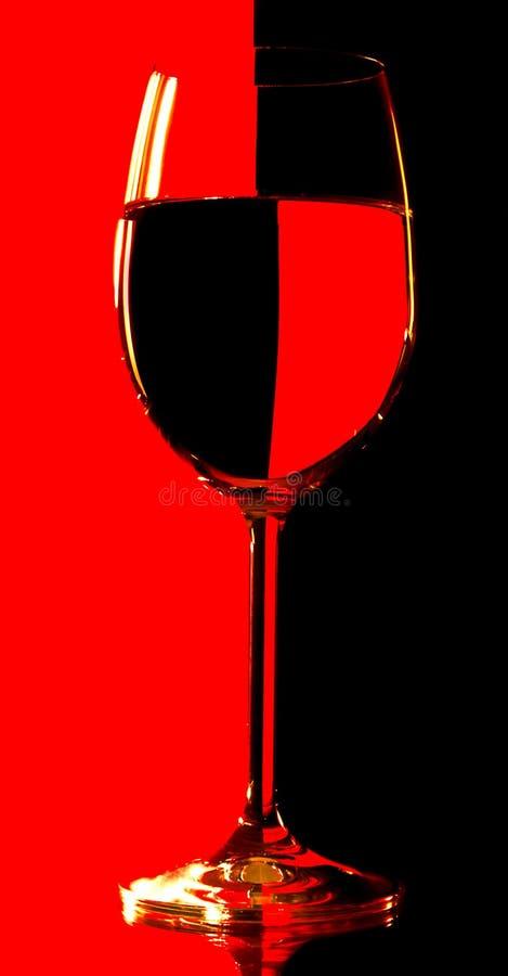 Glas over contrast zwarte en rode achtergrond royalty-vrije stock foto