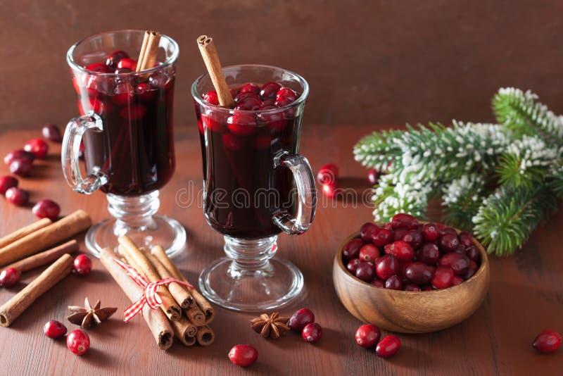 Glas overwogen wijn met Amerikaanse veenbes en kruiden, de winterdrank stock foto