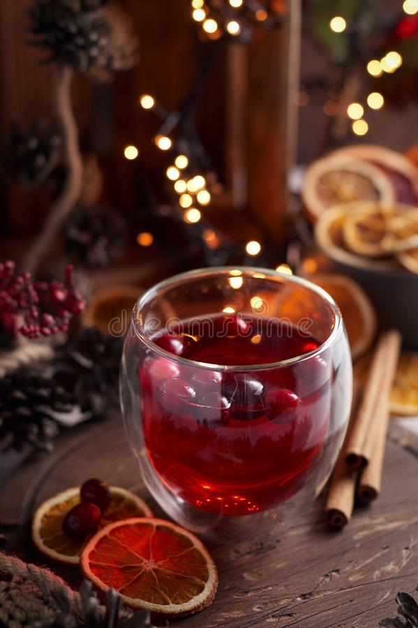 Glas overwogen wijn met Amerikaanse veenbes Kerstmis of Nieuwjaardrank royalty-vrije stock afbeeldingen