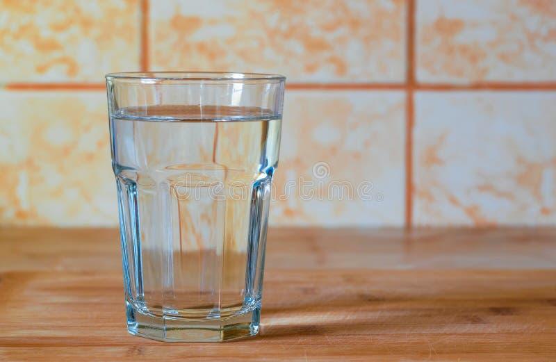 Glas reines Wasser auf K?chentisch stockbilder