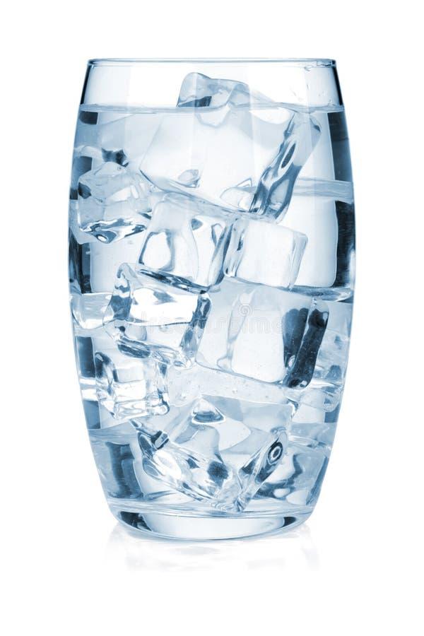 Glas reines Wasser mit Eis lizenzfreies stockfoto