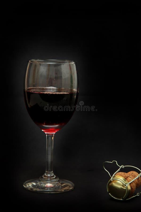 Glas rode wijn en van de champagne cork stock fotografie